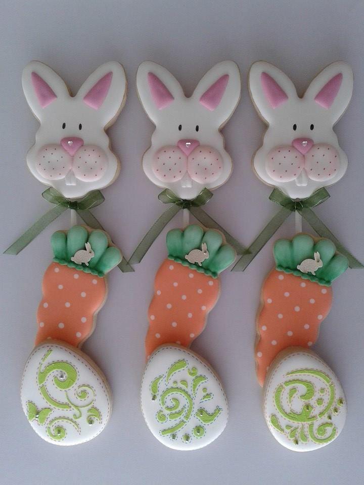 Galletas de conejo con palito, también zanahorias y huevos.