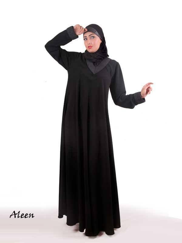 Átlagos abaja. ABAJA (Az abaja egy hosszú, laza, kabátszerű ruhadarab, ami elől zárt, vagy gonbos, vagy cippzáros. Gyakran fekete, de lehet színes is. Az egész muszlim világban hordják. )