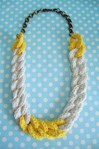 Colar correntes em croché com corrente em bronze. Cores: bege e amarelo.