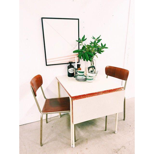 Klassiskt 50-talsbord med stomme i metall och en perstorpsskiva med fällklaff.