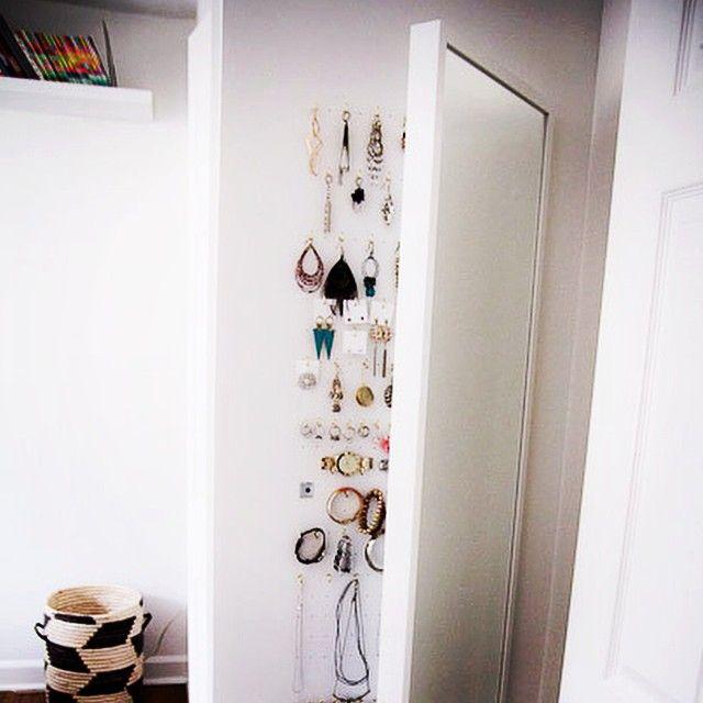 """Smyckesförvaring bakom en IKEA spegel som har hängts upp på gångjärn så att det kan """"öppnas"""". Ger bra överblick över smyckena och blir väldigt lättåtkomligt. Från bloggen The Girl on The Go. Länk och beskrivning i nytt inlägg på forvaringsdrottningen.com #smycken #smart #förvaring #förvaringsdrottningen #organisera #ordningochreda"""