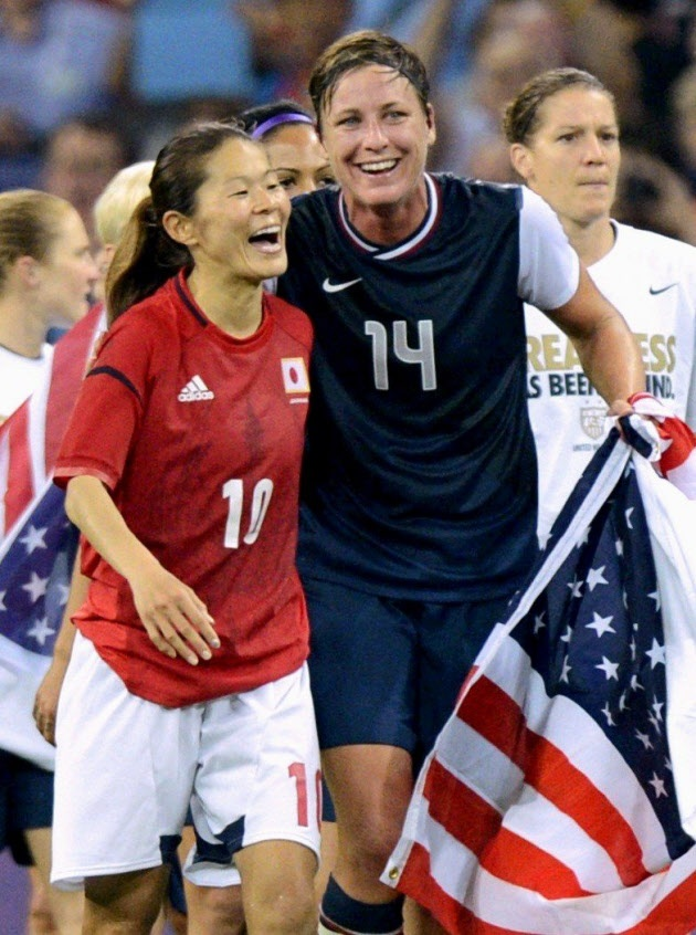 試合後、笑顔で健闘をたたえ合う沢(左)とワンバック=共同