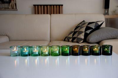 グリーン系のKiviに灯る、ユラユラと揺れるティーライトの小さな炎。 写真右より順に(Kartio)Green、Olive、Forest green(上...
