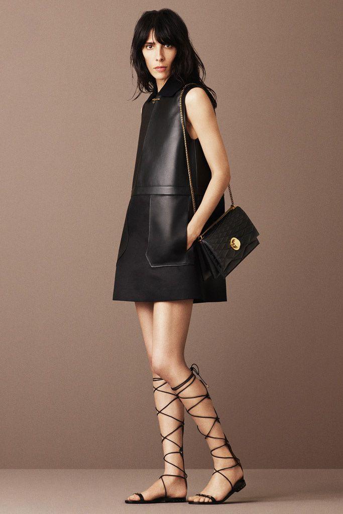¿NADA QUE PONERTE? Apuesta por el combo de la temporada: minivestido de silueta 60s y sandalias romanas.