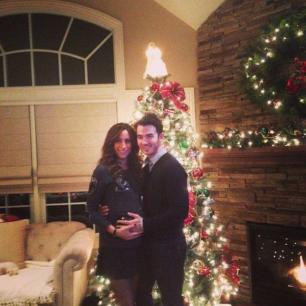 """""""La cuenta atrás comienza. Esta ha sido nuestra última Navidad siendo dos. Ahora emocionados por conocer a nuestra hija"""", escribió Kevin Jonas, que publicó esta imagen junto a su mujer, Danielle"""