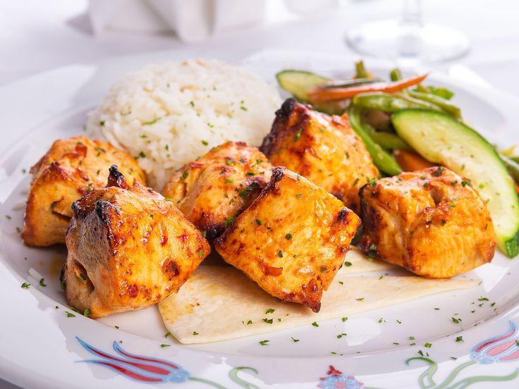 """Le poulet """"tikka"""" est un plat traditionnel indien. Il s'agit de morceaux de poulet marinés dans un mélange de yogourt et d'épices, enfilés sur des brochettes et cuits dans un four en argile appelé """"tandoor"""". On peut réduire considérablement le temps de marinade si l'on coupe le poulet en morceaux très petits, comme suggéré ici."""