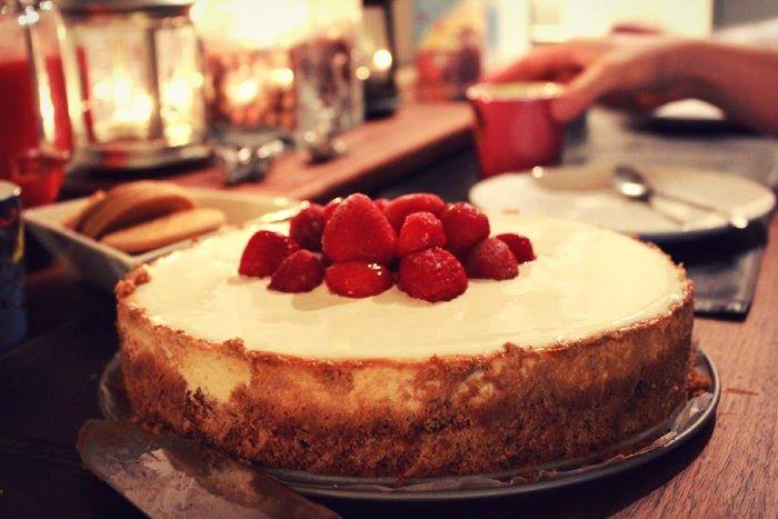 """""""Maailman paras juustokakku"""" oli kyllä todella hyvää, niinku sopii odottaa. Paistetaan uunissa ja lisätään vielä ranskankermakuorrutus (menis varmaan ilmanki loistavasti)."""