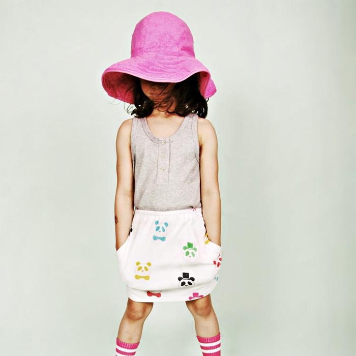 terry hat cerise  Esta pamela para niñas es ideal para llevar a cualquier sitio: playa, montaña, parque, jardín... Depende de cómo se la pongas será una princesa o una hippy. Si la adornas con unas florecillas del campo tendrás un complemento divino para alguna celebración especial.  mini rodini @kalakas.es