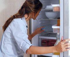 Einmal im Monat:  Den Kühlschrank reinigen Sie mit einem nebelfeuchten Tuch, hartnäckige Verschmutzungen beseitigt ein Alkoholreiniger. Küchengeräte entkalken und reinigen Sie mit Essigessenz, Zitronensäure, Gebissreiniger oder in heißem Wasser aufgelöstem Backpulver. Hinterher gilt: Gut nachspülen mit frischem Wasser.