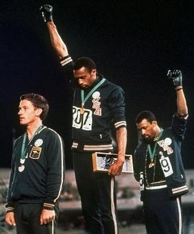 Tommie Smith und John Carlos, USA: 1968 in Mexiko: Der Sieger und der Dritte des 200-Meter-Laufs nehmen ihre Medaillen mit der Geste der Black-Power-Bewegung entgegen. Ihre Demonstration half der Bürgerrechtsbewegung und markierte den Durchbruch des nichtweißen Sports schlechthin. Smith und Carlos sind die größten Helden der Olympiageschichte.