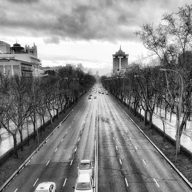 Calles de Madrid... #madrid #places#lugares #people#gente#urbanscenes#escenasurbanas #monocromo #igersmadrid_bn @huaweimobileesp #winter #invierno #sky #cielo