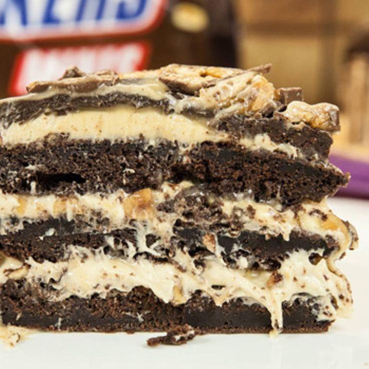 """Snickers-Kuchen - soooo schokoladig! - """"Ein Leben ohne Kuchen ist möglich, aber sinnlos. Denn wer diesen Snickers-Kuchen mit Marshmallow-Fluff und Karamellsoße gesehen hat, will garantiert nie wieder ohne Kuchen sein."""""""
