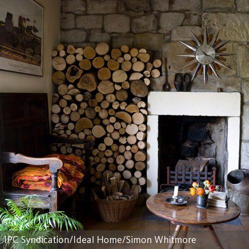Dieses Kaminzimmer hat Charme: der rustikale Kamin mit der Natursteinwand hat seinen eigenen, ursprünglichen Reiz. Holzmöbel mit Gebrauchsspuren und hoch …