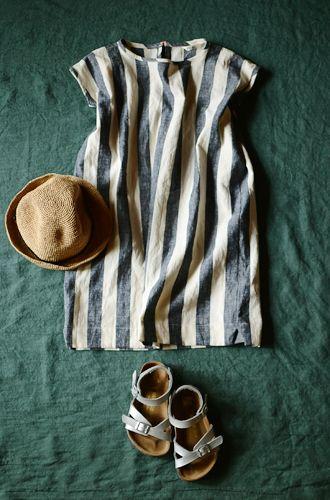 我が家のきょうだいたちに、夏服を縫いました。 ぱきっとした綿麻ストライプで、ゴンにはIラインのワンピース、 まめぴーにはタイパンツをハ...