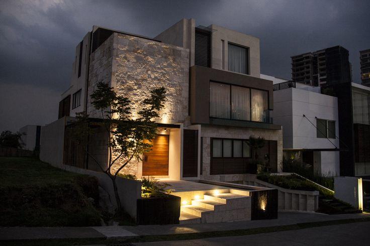Casa SS. Fachada / Muros de piedra / Plaza de acceso / Iluminación / Nocturna. Código Z Arquitectos.
