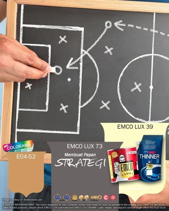 """Membuat Papan Strategi  Kawan EMCO, topik Mix 'n Fix Emco kali ini adalah Membuat Papan Strategi. Papan berukuran kecil tentu lebih mudah dibawa, dibandingkan jika harus menggotong papan tulis yang berat. Untuk keperluan briefing strategi, papan yang lebih kecil juga pasti menjaga kerahasiaan formasi yang telah Anda buat.  1. Mulailah dengan memotong multiplex ¼"""". 2. Lapisi permukaannya dengan cat EMCO LUX Dasar dan biarkan mengering. Berikan dua lapis cat papan tulis dengan foam roller…"""