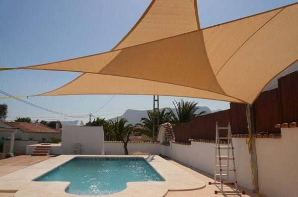 voile-ombrage-triangulaires-beige-piscine voile d'ombrage triangulaire