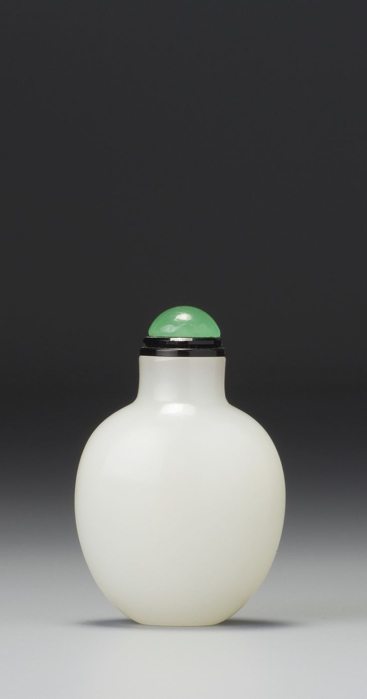 A White Jade Snuff Bottle - Qing Dynasty, 18th / 19th Century | lot | Sotheby's