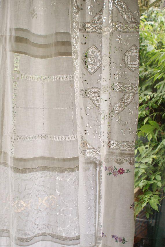 Questo di una cortina di gentile è fatto completamente da tessuti vintage comprati da carità negozi e negozi di antiquariato, nulla da stuoie vassoio a centrini per una tovaglia.    Può essere utilizzato riuniti in alto o no. Usato come una tenda per una finestra o una porta o un pannello per una finestra o come decorazione contro un muro o alla sezione fuori parte di una stanza o il giardino.    Ideale per uno sfondo a un matrimonio.    Il colore dei tessuti sono bianco ma variare a causa…