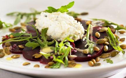 Alkuruoka: PUNAJUURICARPACCIO on uudehko italialainen ruokalaji, johon sinihomejuusto tuo pehmeyttä ja makua.
