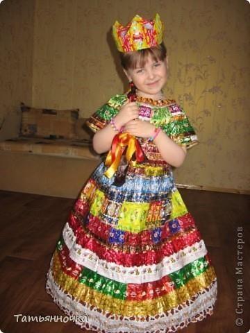 Карновальные детские костюмы из мусора бумаги фантиков