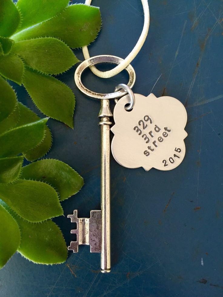 Adorno de esqueleto clave, primer ornamento casero, personalizado regalo de inauguración de la casa, ornamento casero nuevo, regalo de boda de ancypants en Etsy https://www.etsy.com/es/listing/253976651/adorno-de-esqueleto-clave-primer