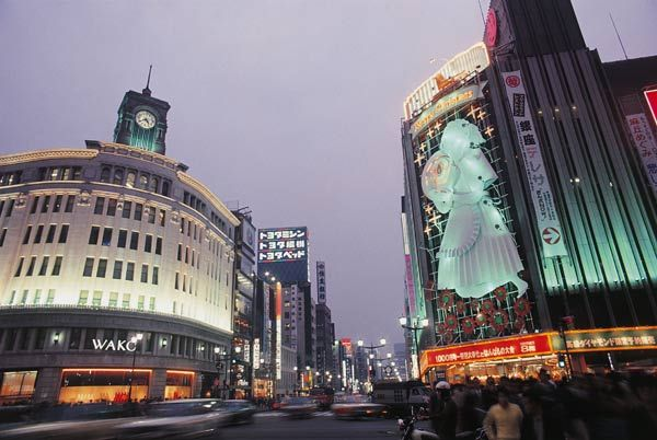 昭和45年当時の東京・銀座四丁目交差点の夜景(1970年撮影) 【時事通信社】