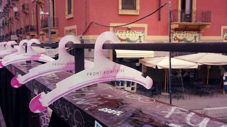 Front Row Tribe // 3000 grucce in cartone personalizzate hanno invaso Milano per il lancio il nuovo sito Front Row Tribe che permette di noleggiare abiti delle ultime sfilate. #frontrowtribe #guerrillamarketing #milano #C3Buzz