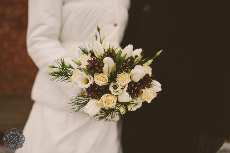 Wintry bouquet with pine cones, white roses, white tulips and pine branches // Talvinen hääkimppu, jossa käpyjä, valkoisia tulppaaneja, valkoisia ruusuja ja männyn oksia.