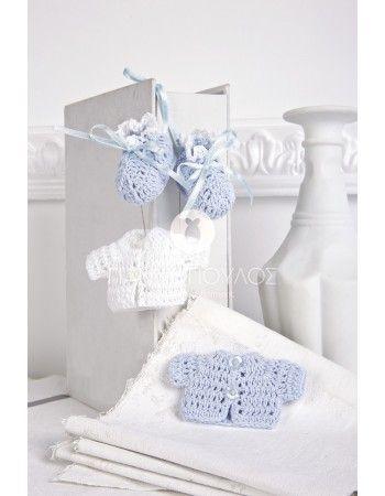 Χειροποίητο λευκό μπλουζάκι και γαλάζιο. Όλες οι μπομπονιέρες διαθέτουν τούλι λευκό 25x25 οργάντζα, κορδέλα σατεν διπλής όψεως και κουφέτα μπάλες Χατζηγιαννάκη crispy ματ παλ χρωματιστά ή μονόχρωμα.