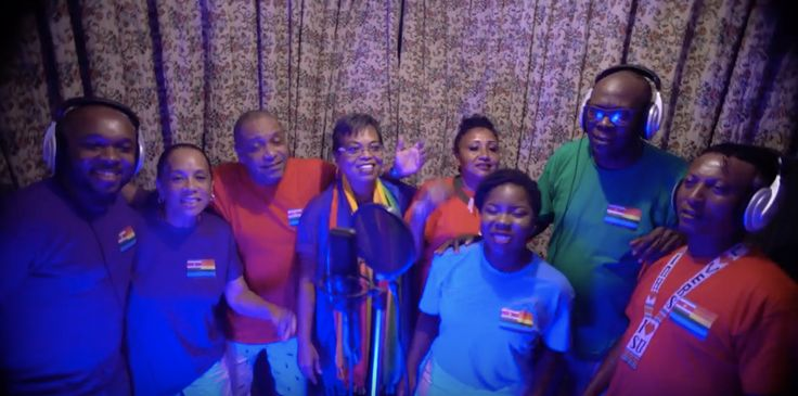 Kom uit de kast! Dat is de oproep van een groep bekende Surinaamse artiesten. Homoseksualiteit is nog een groot taboe binnen de Surinaamse gemeenschap en met het lied willen de artiesten de discussie op gang brengen.  'Surinaamse muziek! Ja, leuk en mooi!', zegt een voorbijganger tegenAT5.Maar het gaat ten slotte over de tekst. 'De tekst? Het is een gevoelige snaar.   #Kom uit de kast #Suriname