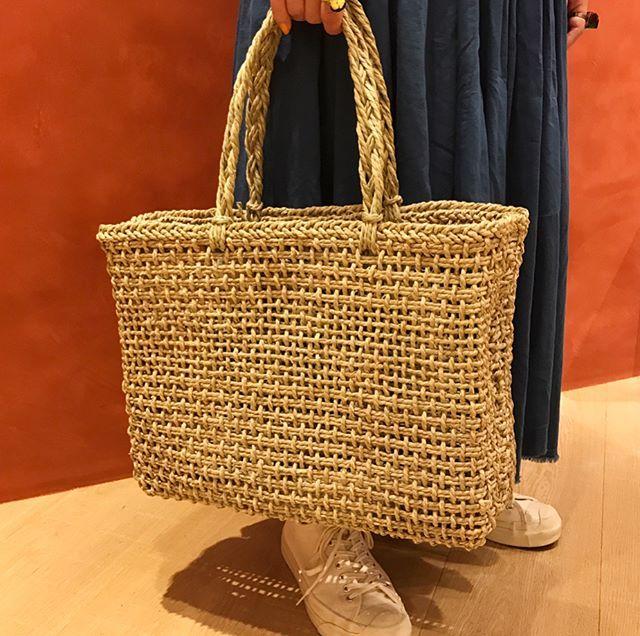 WEBSTA @ fennica_shinjuku - <松野屋>のいぐさ買い物かご。いぐさの名産地の一つ、岡山県倉敷で栽培している畳表用のいぐさを専用の織り機で、一つ一つ作っています。マチもあるシンプルなデザインで日々のお買い物にぴったりですよ。大・小の2サイズございます。.#松野屋 #beams #beamsjapan #beamsjapan5th #fennica #fennicastudio