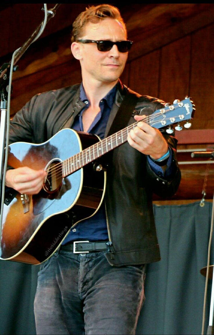 Just when I thought be couldn't get more attractive...Tom Hiddleston playing guitar