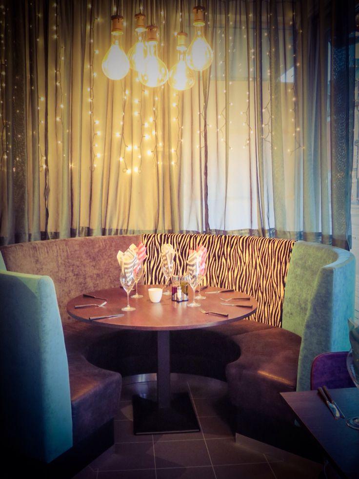 Ferrys Bistro. Soffan är ritad av Magnus (Inredning & Designverkstaden) Gardinerna sydda av Bitte-Mi.Lampor och bestick från vår butik IDe-A Livstilsbutik