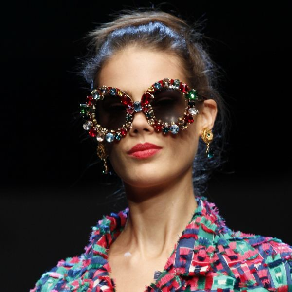 Круглые солнцезащитные очки  Круглые оправы в ретро стиле возвращают нас в 60-70-е годы, наполняя современные образы атмосферой свободы и бунтарства. Эта атмосфера идеально соответствует музыкальному фестивалю Коачелла, на котором в этом году многие знаменитости появились именно в круглых очках, тем самым выдвинув эту форму на верхнюю строчку модных трендов. Круглые очки идут далеко не всем, но разнообразие моделей позволяет выбрать подходящую: от маленьких очков в металлической оправе а-ля…