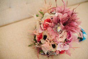 Свадебный букет невесты из разнообразных цветов и перьев