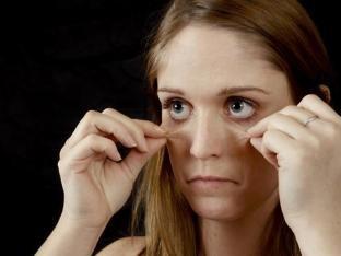 Tränensäcke? Augenringe? Woher die Schwellungen unter Ihren Augen kommen und was Sie dagegen tun können