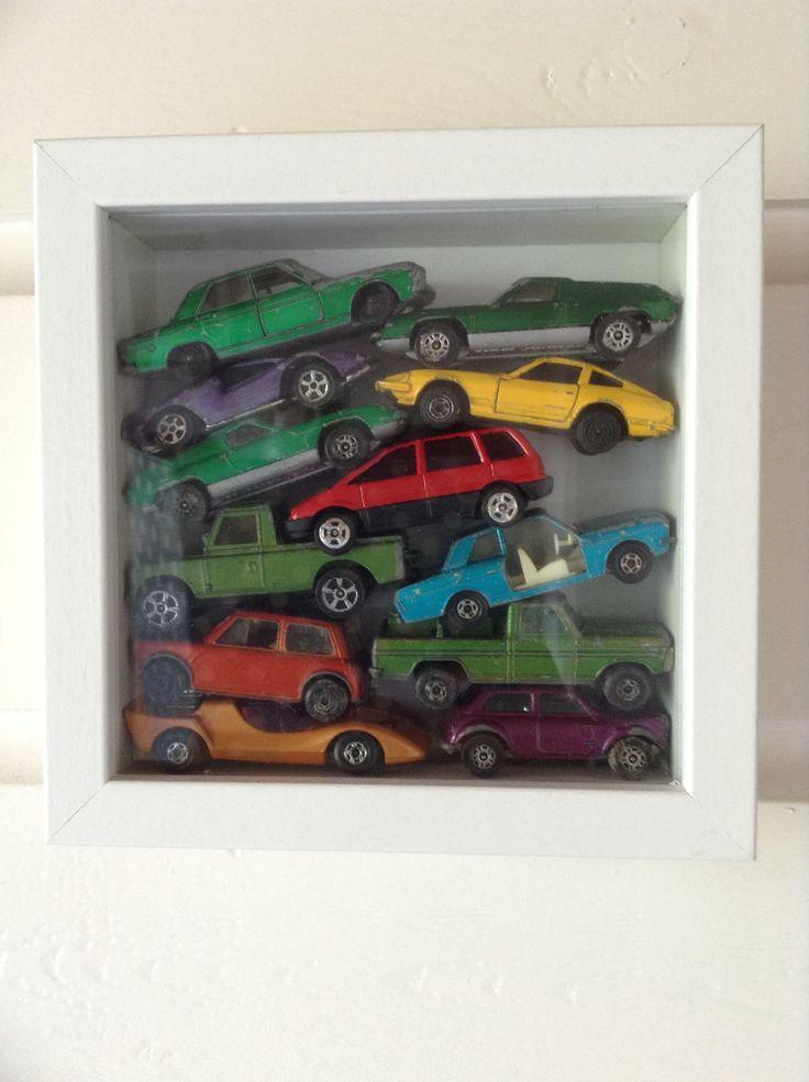 Oude autootjes in een lijstje (Hema of Ikea)