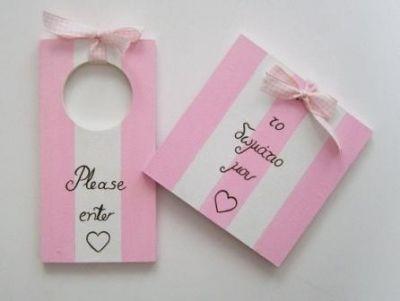 """Ζωγραφιστά στο χέρι ταμπελάκια δωματίου κοριτσιού σε ροζ- λευκούς τόνους με ακρυλικά χρώματα. Το ταμπελάκι πόρτας είναι τετράγωνο, μπορεί να αναγράφει και το όνομα του παιδιού, και κρεμιέται στην πόρτα του δωματίου ή εντος με κορδελάκι ή ταινία διπλής όψεως. Το κρεμαστό, ορθογώνιο ταμπελάκι είναι διπλής όψεως, από την μία πλευρά αναγράφει """"Please enter"""" και από την άλλη πλευρά αναγράφει """"Baby sleeping"""" για να ενημερώσει τους επισκέπτες να μην εισέρχονται στο παιδικό δωμάτιο όταν το μωρό…"""