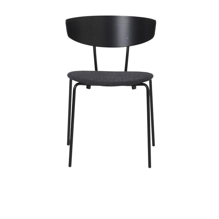 Chaise Herman Textile - Noir & Gris Foncé - Ferm Living - La maison de design scandinave Ferm Living propose avec la chaise Herman une pièce de mobilier qui dégage une élégance intemporelle. Avec des lignes classiques sublimées par des coloris modernes, voilà une chaise tendance qui s'adapte à toutes les pièces de la maison. En misant sur la simplicité, la chaise Herman de Ferm Living dévoile une forme idéale qui épouse la forme du corps, pour un confort garanti.