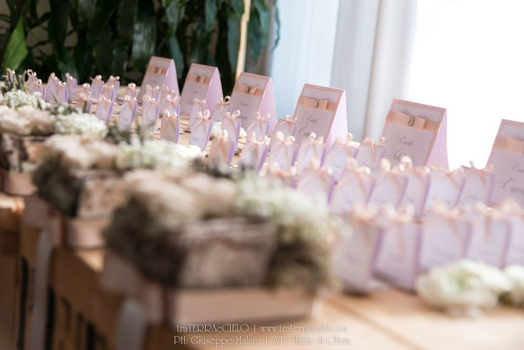 Matrimonio inverno, sposa, sposo, portafedi, tableau de mariage, renne, natalizio, natale, rosa, grigio, roselline, gypsophila, corteccia, betulla, lichene Winter wedding, mariage, bride, groom, bouquet, wedding rings, christmas, xmas, reindeer, pink, grey, roses, baby's breath, birch, bark, moss Per la galleria completa e i link dei vari fornitori visitate il sito internet www.traterraecielo.eu For complete photogallery and links of various furnisher visit the website www.traterraecielo.eu