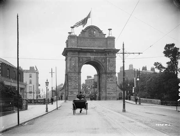 Triumphal arch at Leeson St. Bridge for arrival of King Edward and Queen Alexandra.