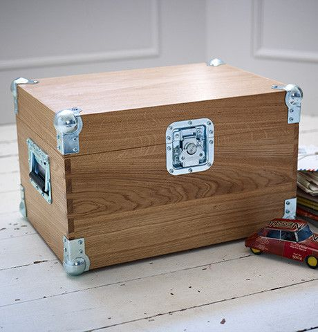With heavy duty flight case fittings, the Rodwell Tuck Box is handmade in solid English oak, with veneered oak top and base, and traditional dovetail joints. Featuring aluminium hinges, sturdy handles, leather lid stay and optional inside tray, the Rodwell combines fine cabinetry with rugged good looks. http://englishtuckbox.com