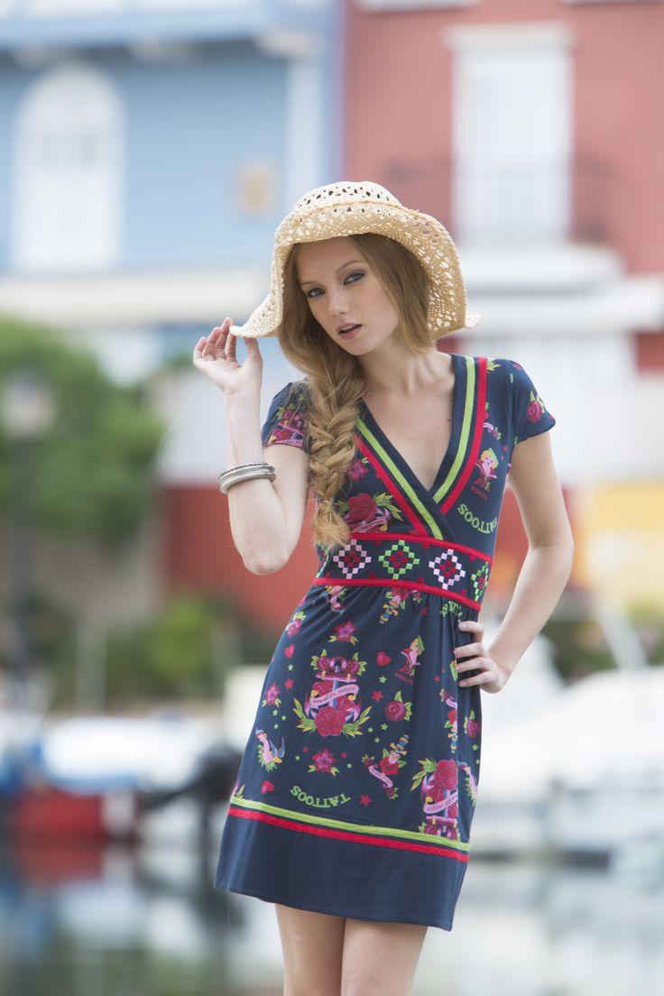Vestido Santandrea. #vestidoestampado, con escote cruzado, con bordados y cintas de adorno.