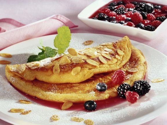 Schaumomelett mit Mandeln und Beeren ist ein Rezept mit frischen Zutaten aus der Kategorie Omelett. Probieren Sie dieses und weitere Rezepte von EAT SMARTER!