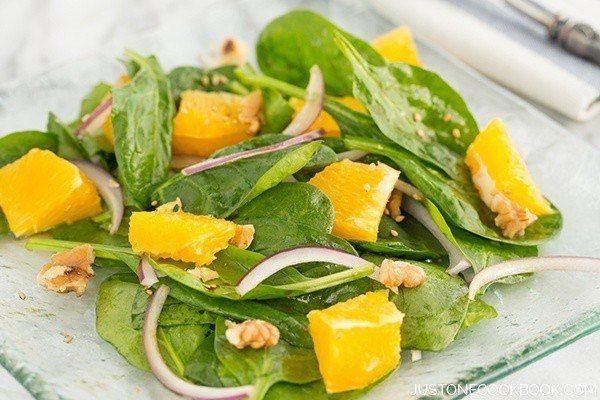 Шпинат Салат с азиатской салатной заправкой | Легко японские рецепты в JustOneCookbook.com