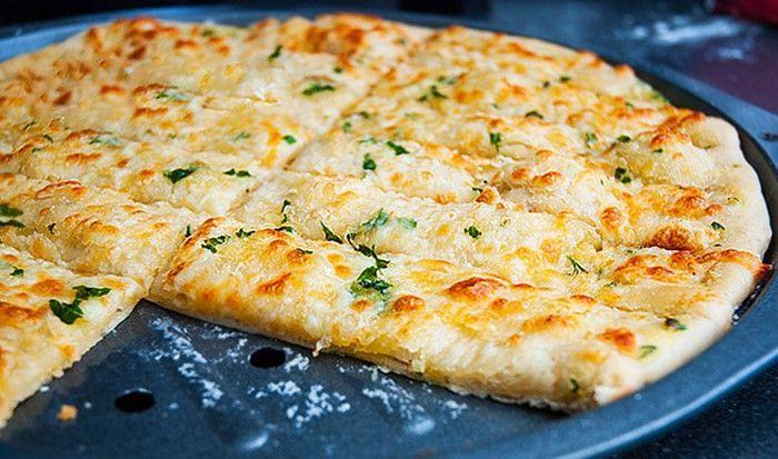 Česnekové tyčinky, na kterých si můžete pochutnat při skvělém filmu. Luxusní záležitost na způsob italské pizzy. Mňam!