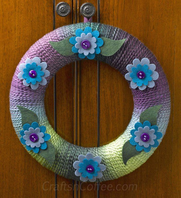 A thick, variegated yarn makes it easy to wrap up this springtime yarn wreath. Love the colors!!