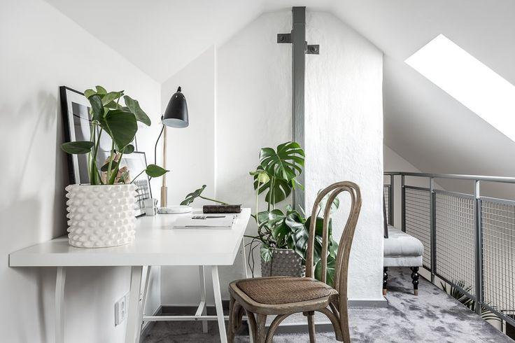 Un ufficio bianco in mansarda