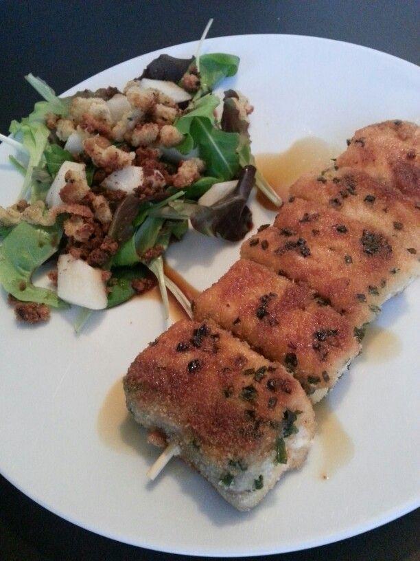 Spiedini di salmone, misticanza con pere e crumble e salsa di soia dolce...